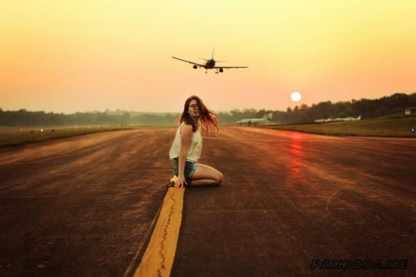 Девушка у самолета